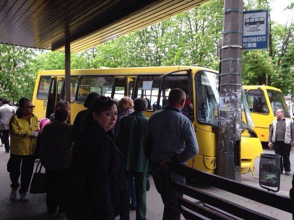 У Черкасах маршрутка мало не збила людей на зупинці (фото) (фото) - фото 3