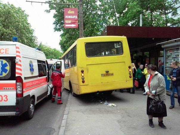 У Черкасах маршрутка мало не збила людей на зупинці (фото) (фото) - фото 4