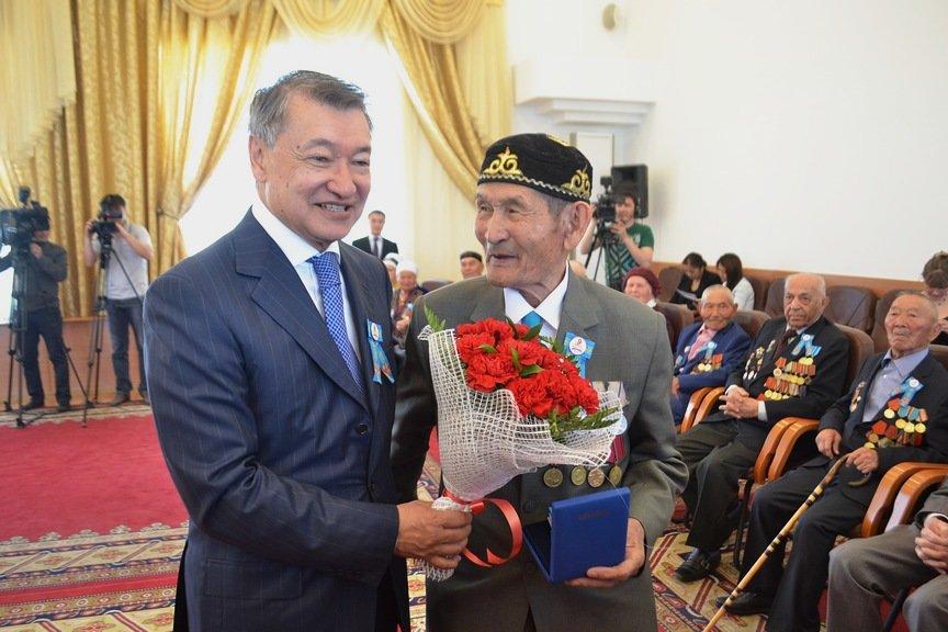 Аким области Даниял Ахметов вручил государственные награды ветеранам войны