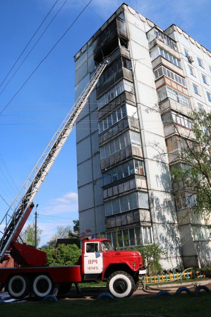 Возле Черниговского педуниверситета горел балкон многоэтажки, фото-1