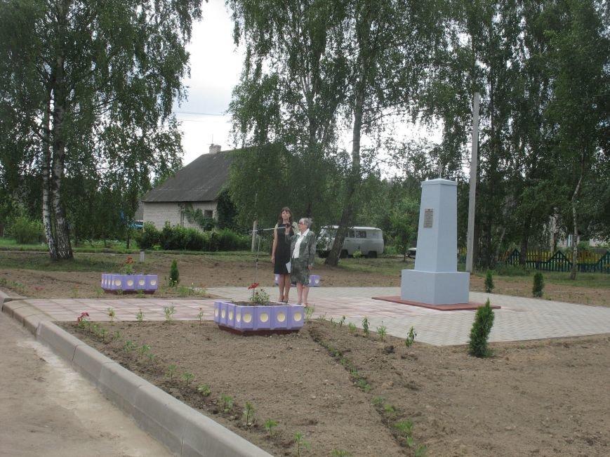 Бывших следопытов... Во время открытия мемориального знака в д. Заозерье Полоцкого района.