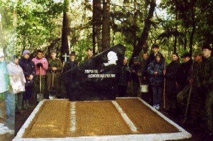 Есть памятник... Памятник в д. Дворица погибшим солдатам 332-й стр. дивизии.