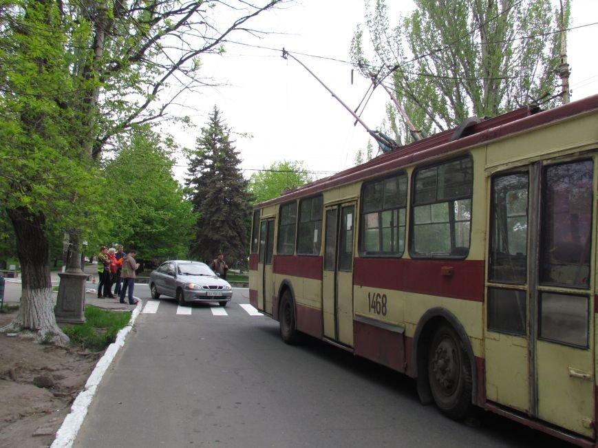 Упавшие троллеи мешают движению транспорта в центре Мариуполя (ФОТО), фото-7