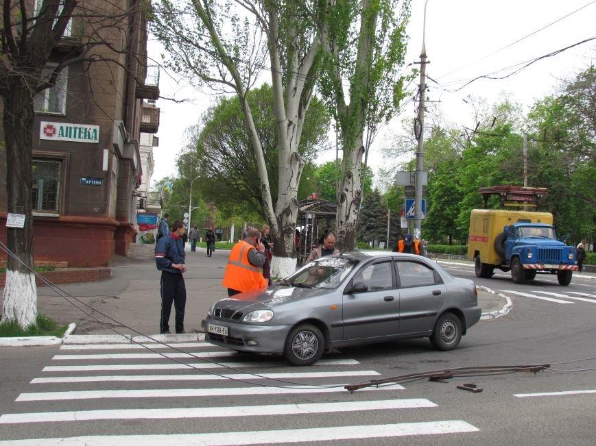 Упавшие троллеи мешают движению транспорта в центре Мариуполя (ФОТО), фото-5