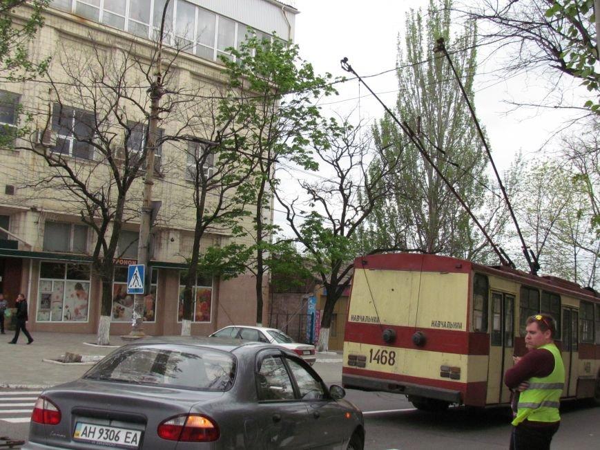 Упавшие троллеи мешают движению транспорта в центре Мариуполя (ФОТО), фото-6