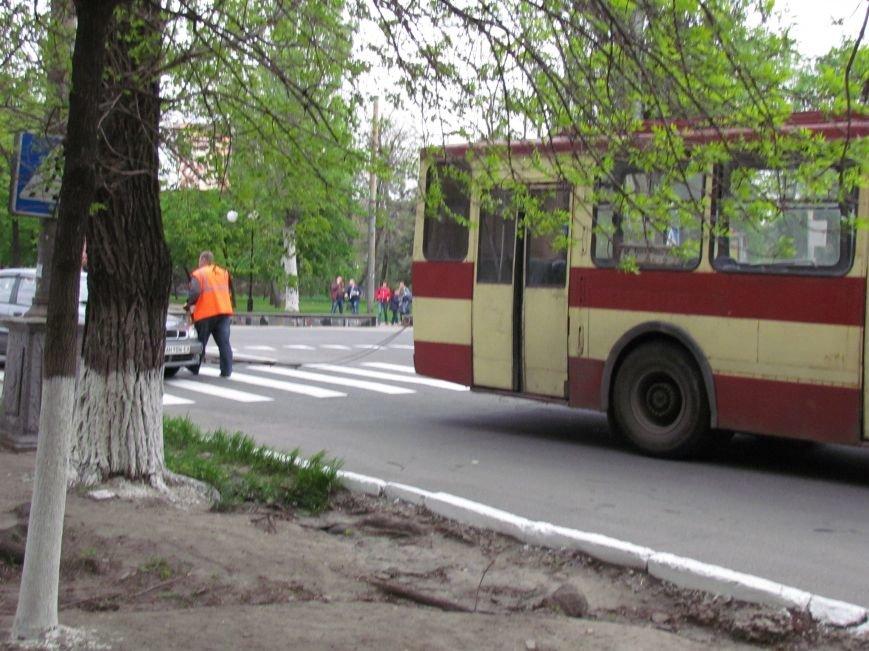 Упавшие троллеи мешают движению транспорта в центре Мариуполя (ФОТО), фото-2