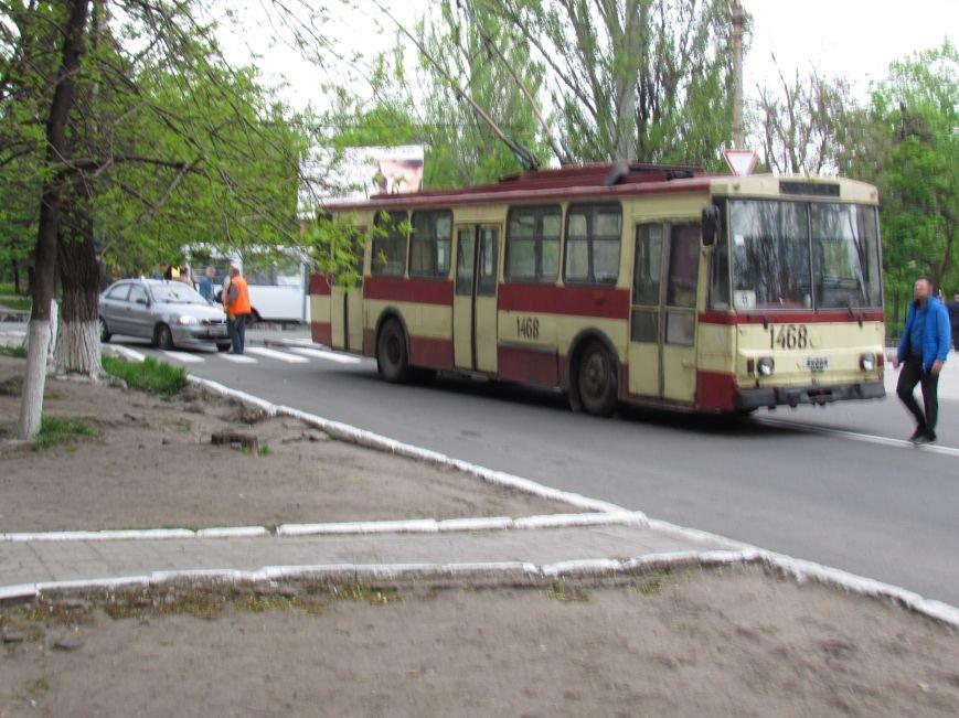 Упавшие троллеи мешают движению транспорта в центре Мариуполя (ФОТО), фото-1