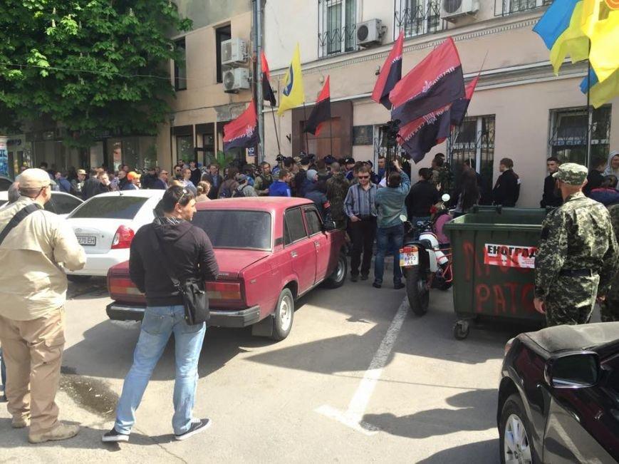 Одесские активисты прикатили под управление внутренней безопасности МВД мусорный бак (ФОТО) (фото) - фото 1
