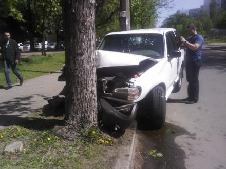 В Киеве военный протаранил дерево возле отеля Минобороны (ФОТО) (фото) - фото 1