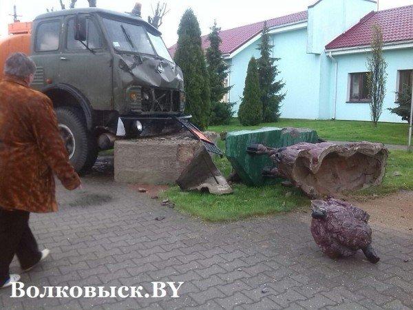 В Волковыске МАЗ с цистерной врезался в скульптуру с зубром (фото) - фото 2