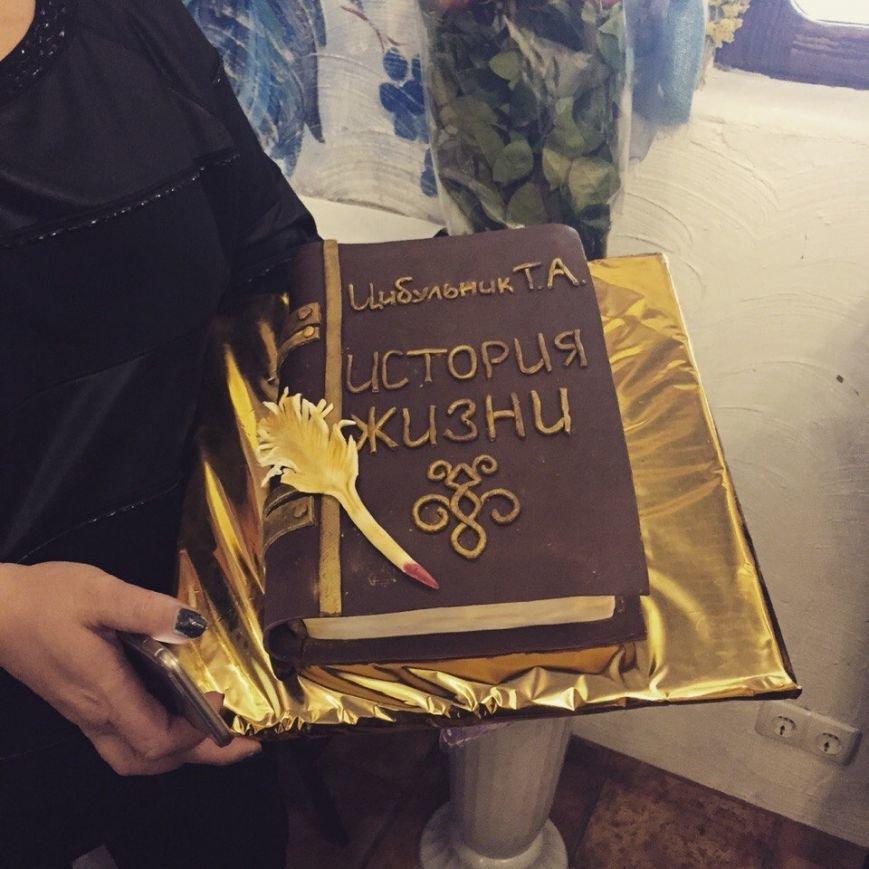Глава Октябрьского района зарабатывает 5 тысяч в месяц, и при этом содержит на них себя и своего мужа (фото) - фото 1