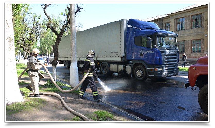 Потоки солярки в центре Славянска: фура попала в люк (фото) - фото 1