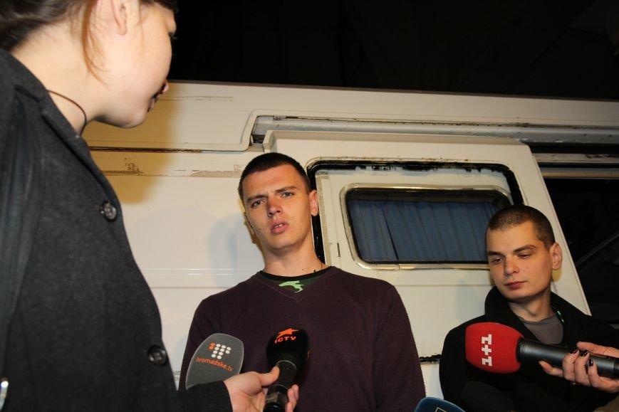 В Днепропетровск ночью приехали трое освобожденных пленных (ФОТОРЕПОРТАЖ) (фото) - фото 1