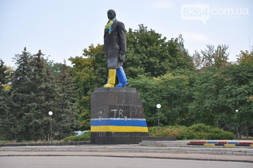 Общественники украсили постамент на центральной площади Краматорска (фото) - фото 3