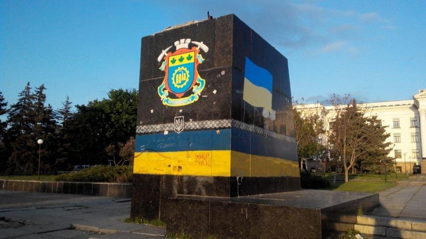 Общественники украсили постамент на центральной площади Краматорска (фото) - фото 1