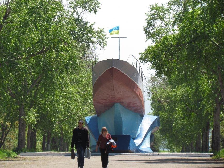 Мариупольский памятник-катер украшает украинский флаг (ФОТО), фото-1