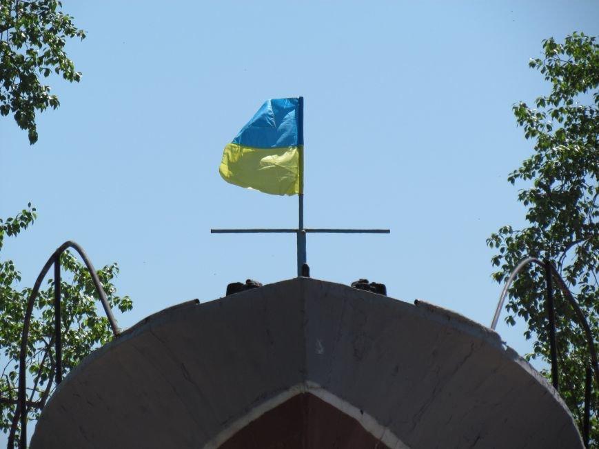 Мариупольский памятник-катер украшает украинский флаг (ФОТО), фото-2