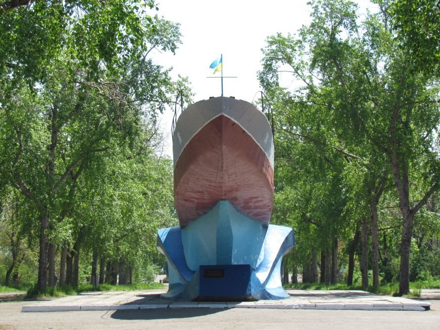 Мариупольский памятник-катер украшает украинский флаг (ФОТО), фото-3