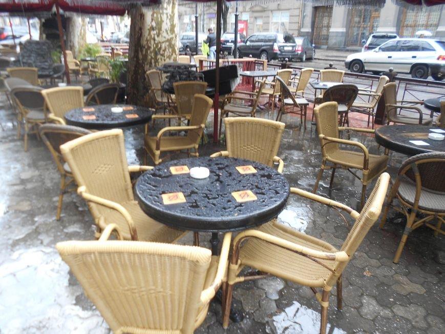 Летние площадки одесских кафе продолжают отбирать тротуары у пешеходов и дымят (ФОТО) (фото) - фото 3