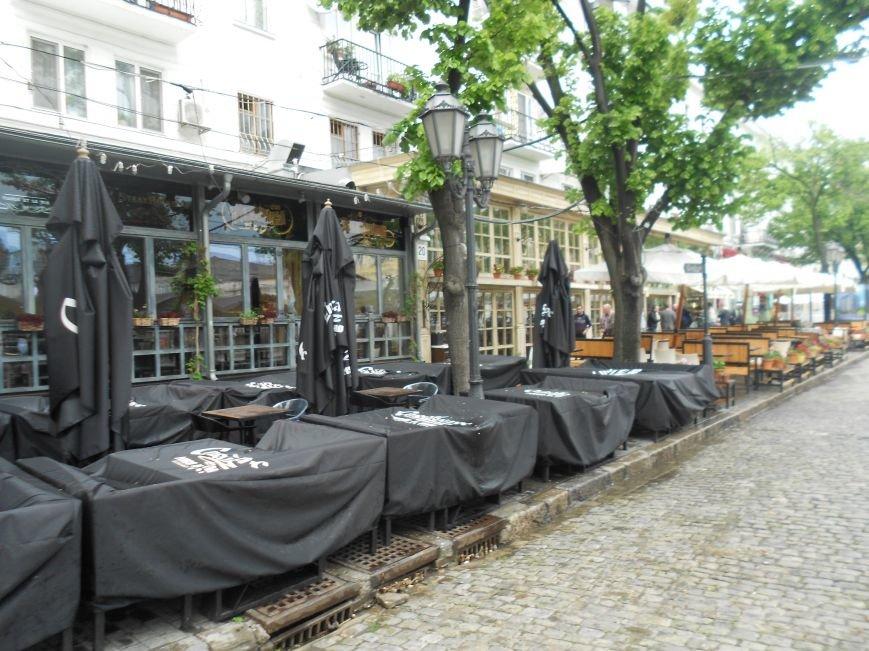 Летние площадки одесских кафе продолжают отбирать тротуары у пешеходов и дымят (ФОТО) (фото) - фото 4