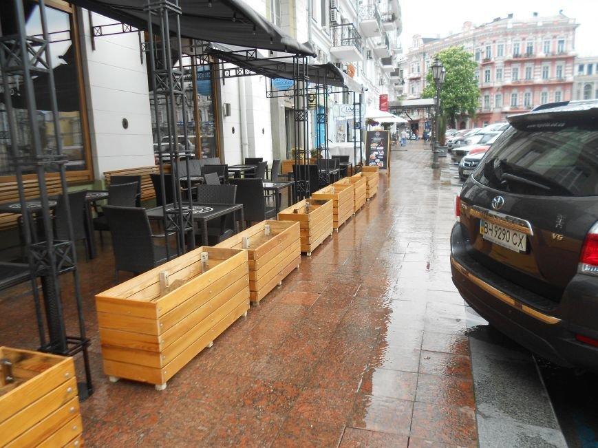 Летние площадки одесских кафе продолжают отбирать тротуары у пешеходов и дымят (ФОТО) (фото) - фото 5