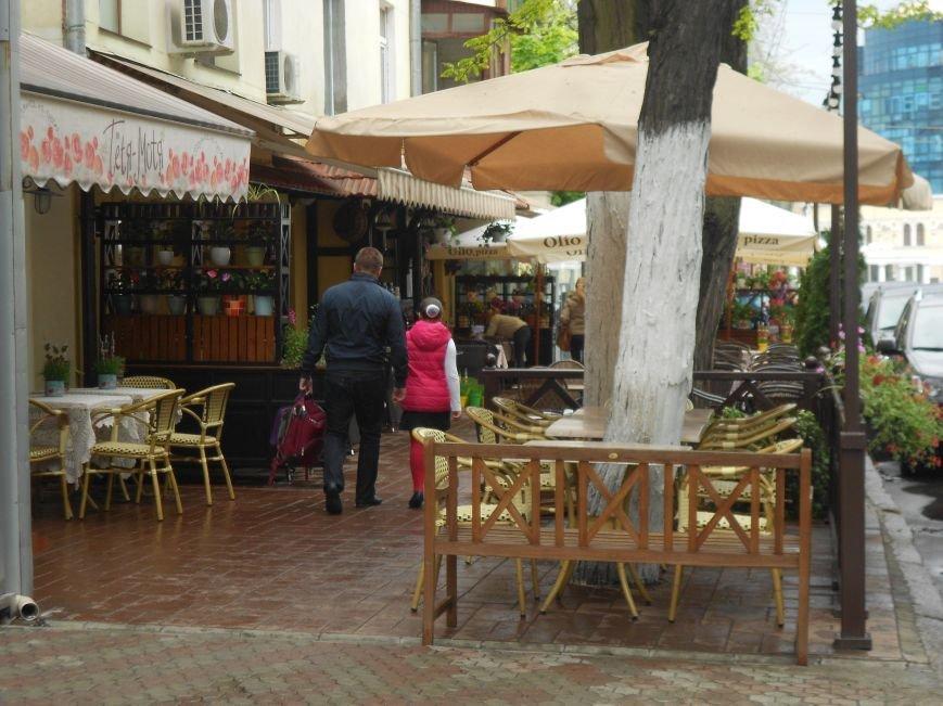 Летние площадки одесских кафе продолжают отбирать тротуары у пешеходов и дымят (ФОТО) (фото) - фото 2