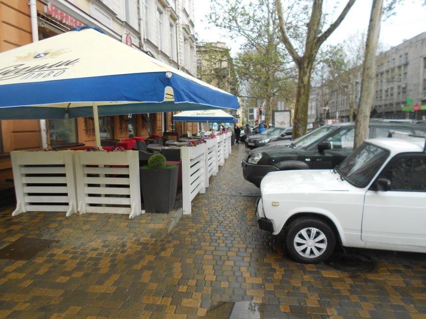 Летние площадки одесских кафе продолжают отбирать тротуары у пешеходов и дымят (ФОТО) (фото) - фото 1