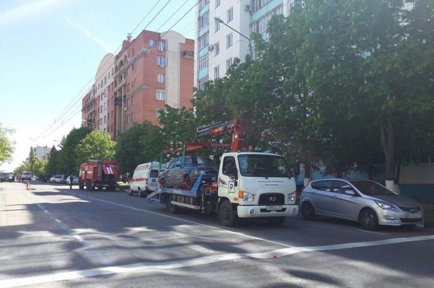 В центре Белгорода оцепили улицу из-за подозрительной коробки во дворе многоквартирного дома (фото) - фото 1
