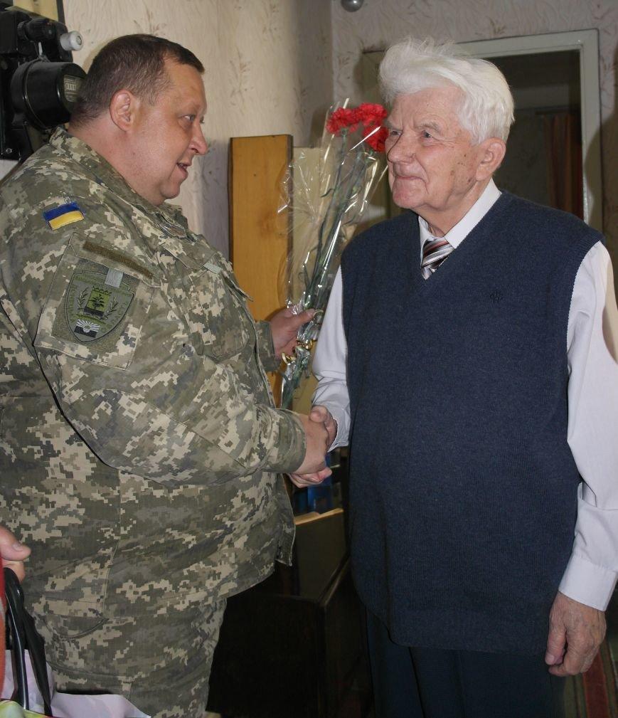 В Красноармейске ко Дню Победы ветераны получили подарки от Красноармейско-Селидовского ОГВК (фото) - фото 1