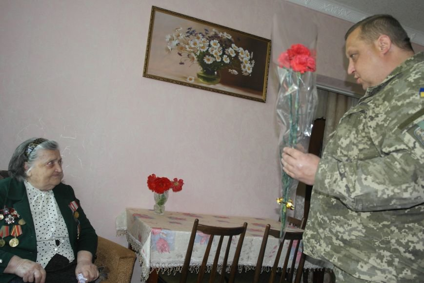 В Красноармейске ко Дню Победы ветераны получили подарки от Красноармейско-Селидовского ОГВК (фото) - фото 3