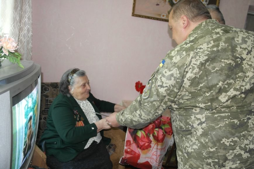 В Красноармейске ко Дню Победы ветераны получили подарки от Красноармейско-Селидовского ОГВК (фото) - фото 4