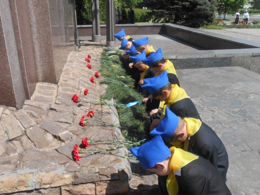 В Днепродзержинске у Мемориала погибшим азотовцам состоялся митинг, посвященный 70-летию Победы (фото) - фото 16