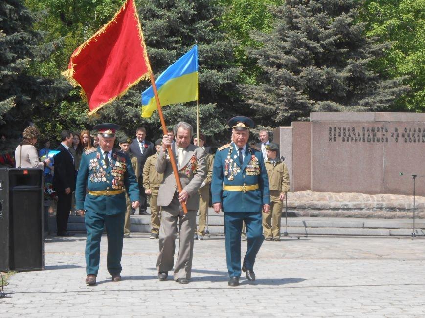 В Днепродзержинске у Мемориала погибшим азотовцам состоялся митинг, посвященный 70-летию Победы (фото) - фото 15