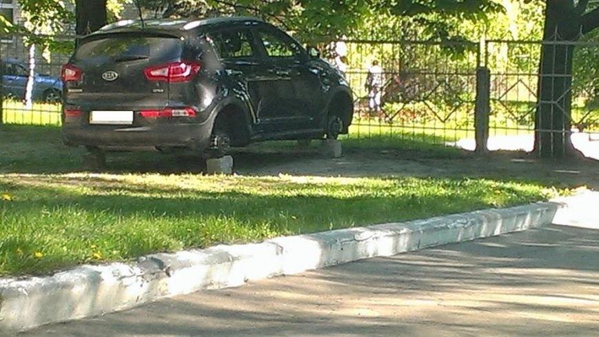 Ночной сюрприз: в Красноармейске неизвестные снимают колеса с авто (фото) - фото 1