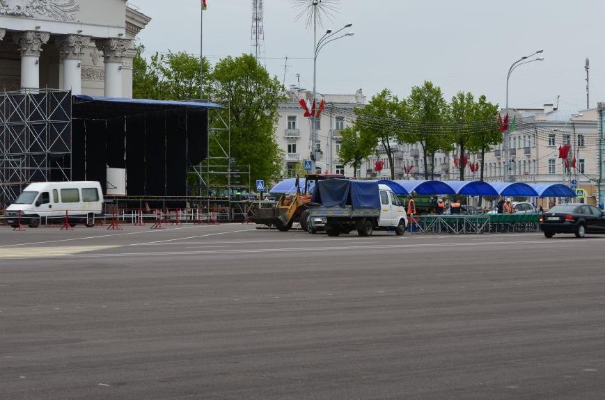 В Гомеле на центральной площади вовсю идет подготовка к праздничному концерту на 9 мая, фото-1