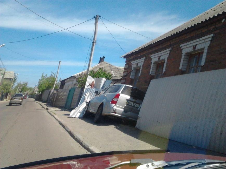 В Сумах автомобиль въехал в забор (ФОТО) (фото) - фото 1