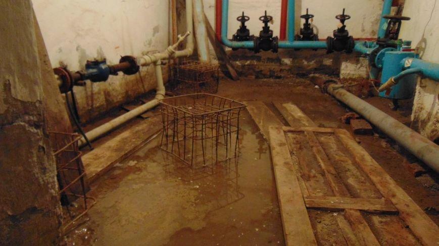 Теплосеть и ЖКП общими усилиями победили трубу с горячей водой в мариупольской пятиэтажке (ФОТО) (фото) - фото 1