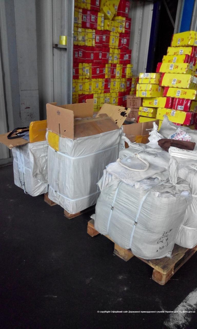 В одесском порту пограничники обнаружили контрабандные женские сумочки (ФОТО) (фото) - фото 1