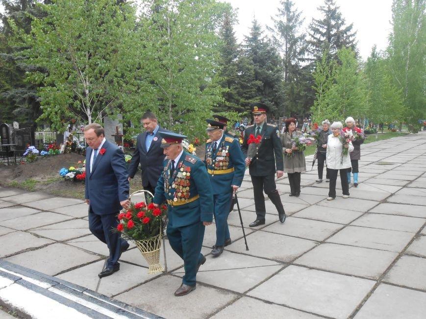 В Днепродзержинске в День Памяти и примирения почтили память погибших солдат (фото) - фото 12