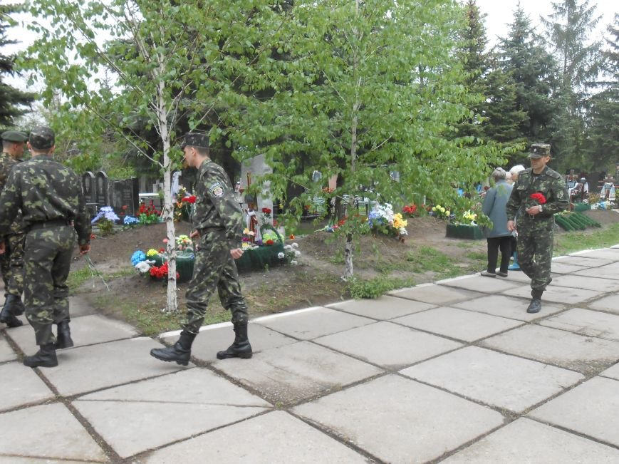 В Днепродзержинске в День Памяти и примирения почтили память погибших солдат (фото) - фото 16