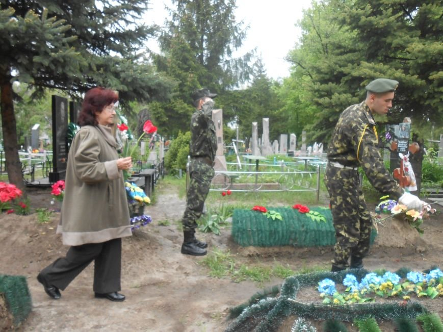 В Днепродзержинске в День Памяти и примирения почтили память погибших солдат (фото) - фото 17