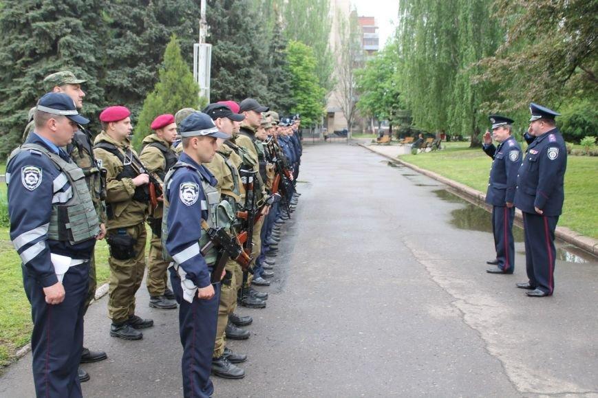У Славянского горсовета появились укрепления. В милиции заверяют, что причин для паники нет (фото) - фото 1