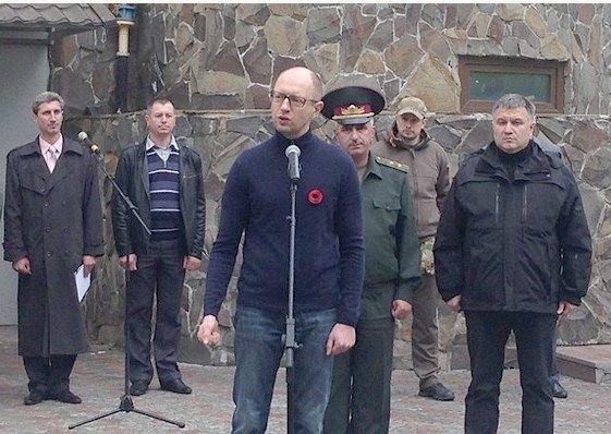 Получившие под Мариуполем ранения бойцы награждены квартирами (фото) - фото 1