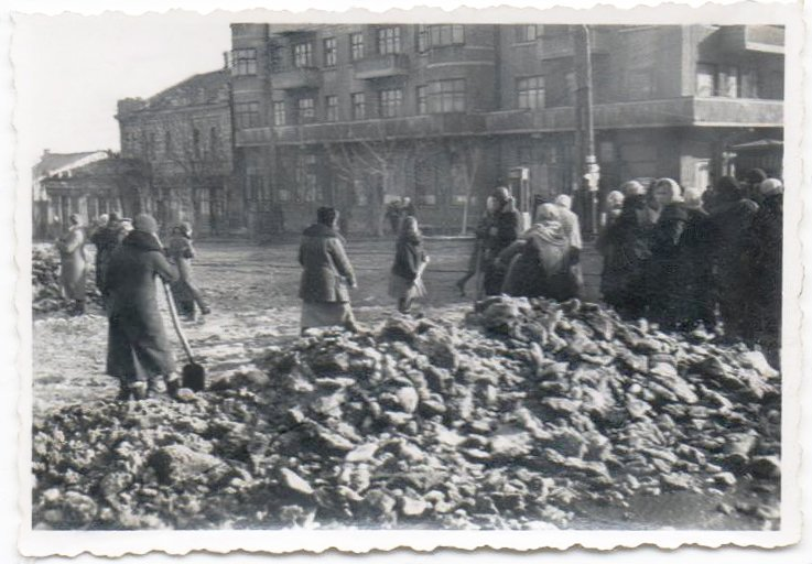 Russl Mariupol Ukraine Zivilisten Trümmer Frauen