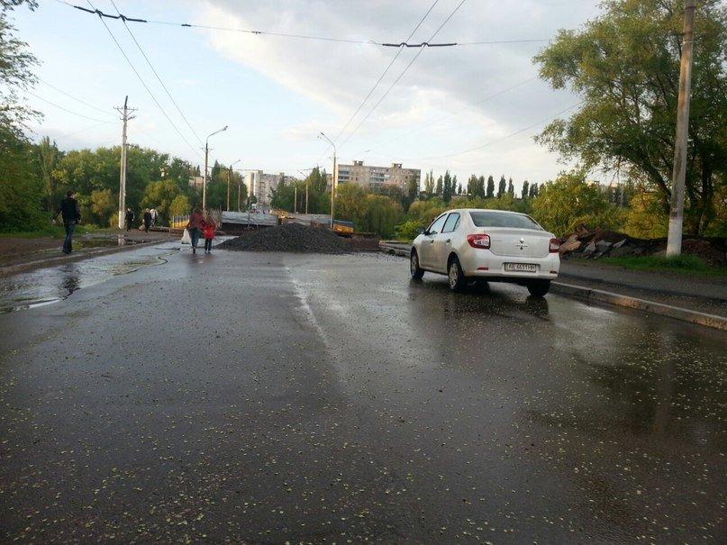 Криворожанин: «На обрушившемся мосту строителей не видно, а стройматериалы смывает в Саксагань» (ФОТО) (фото) - фото 1