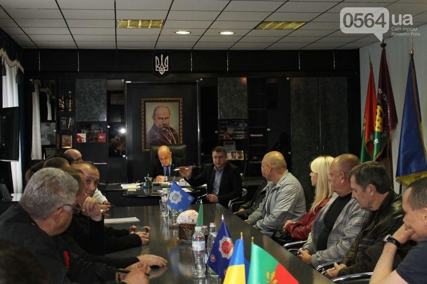 В Кривом Роге чествовали ветеранов в День памяти и примирения, активисты объединили усилия с милицией чтобы избежать провокаций (фото) - фото 3