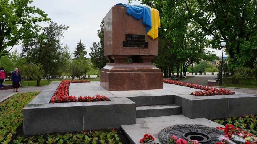 Харьковскиие активисты заменили табличку на мемориале Вечный огонь (ФОТО) (фото) - фото 1