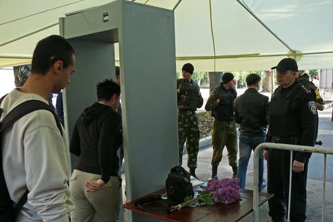 В Днень Победы николаевцев на главную площадь «прогнали» через металлоискатели (ФОТО) (фото) - фото 1
