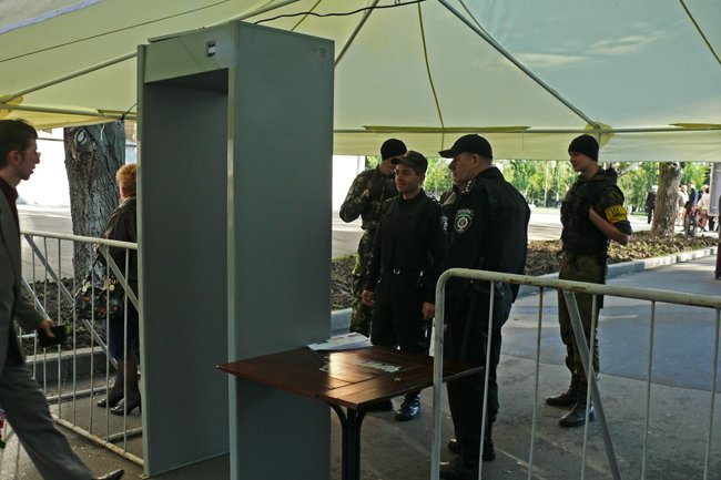 В Днень Победы николаевцев на главную площадь «прогнали» через металлоискатели (ФОТО) (фото) - фото 2