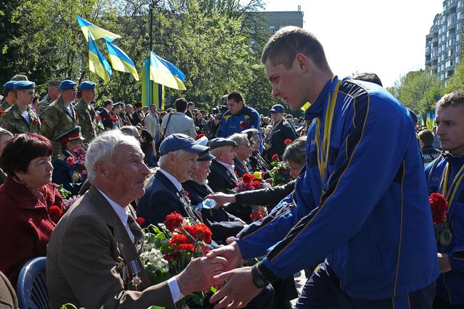 Николаевских ветеранов поздравили с Днем Победы: ярко и с размахом (ФОТО+ВИДЕО) (фото) - фото 35